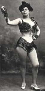 Lise Berty en tenue légère dans l'opéra comique de Louis Ganne